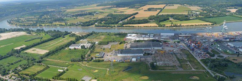 La plateforme logistique et industrielle de Grand-Couronne : une zone portuaire stratégique en bord de Seine, une capacité totale de 50 hectares, une connexion fluviale, ferroviaire, maritime et routière.